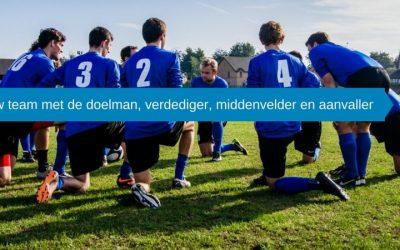 Uw team met de doelman, verdediger, middenvelder en aanvaller